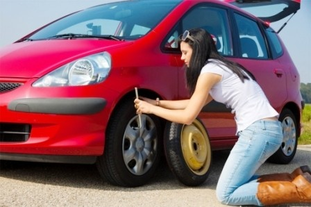 Как поменять колесо на машине, видео инструкция для девушек