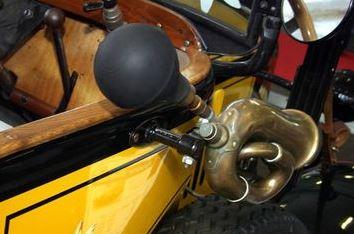 Механический клаксон автомобиля